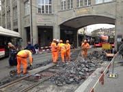 Beim Gaiserbahnhof in St.Gallen wird die Umstellung auf die Durchmesserlinie der Appenzeller Bahnen von Appenzell via Gais und St.Gallen nach Trogen vorbereitet. Eine provisorische Weiche muss dafür ausgebaut werden. (Bild: Reto Voneschen - 8. Dezember 2018)