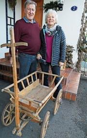 Peter und Susanna Tarolli holten ihren Leiterwagen aus dem Keller, den sie dem Samichlaus zur Verfügung stellen wollen. (Bild: hb)