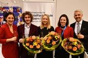 SHL-Direktorin Christa Augsburger (ganz links) und ihr Stellvertreter Timo Albiez (ganz rechts) mit den drei erfolgreichsten Absolventen: Benjamin Niederberger, Michèle Warna und Isabelle Schweizer (v.l.).