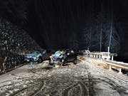 Wegen Schnees auf der Strasse rutschte ein 36-jähriger Autofahrer auf die andere Strassenseite und kollidierte mit einem entgegenkommenden Kleinwagen. (Bild: Kantonspolizei Graubünden)