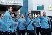 Carlos Tevez, im Zentrum des Boca-Teams, winkt den Fans in Madrid. (Bild: M. Fernandez/AP (8. Dezember 2018))