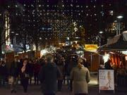 Der traditionelle Wiler Weihnachtsmarkt mit rund 120 Marktständen zog trotz kaltnassem und sehr windigem Wetter viele Besucher an. (Bilder: Christoph Heer)