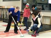 Erste Geh-, Wisch und Gleitversuche auf dem Eis. Zahlreiche Familien versuchten sich am Samstag im Curlingspielen. (Bilder: Andrea Häusler)