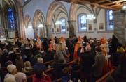Die Kirche St. Nikolaus war gut besetzt, als sich die Nikoläuse und Ruprechte auf den Weg nach draussen machten, wo sie den Kindern ihre Aufwartung machten. (Bild: Christoph Heer)
