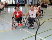 Die Unihockeyspieler liefern sich in der Aachtalhalle packende Zweikämpfe. (Bilder: Christoph Heer)