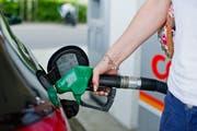 Um ihren Beitrag an den Klimaschutz zu leisten, erhöht die Erdöl-Branche beispielsweise an Tankstellen die Preise. (Bild: Coralie Wenger)