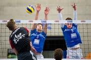 Marcin Ernastowicz versucht den Luzerner Block mit Luca Widmer und Nick Amstutz zu überwinden. Bild: Eveline Beerkircher (Luzern, 9.12.2018)