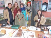 Die Mitglieder der Pfadi verkaufen Kuchen.