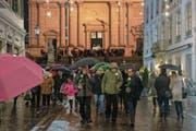 Die Trauergemeinde beim Verlassen der Kirche. Bild: Marcel Bieri/Keystone (Solothurn, 8. Dezember 2018)
