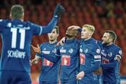 Der zweifache FCL-Torschütze Blessing Eleke (Mitte) wird von seinen Teamkollegen beglückwünscht. (Bild: Martin Meienberger/Freshfocus (Zürich, 9. Dezember 2018))