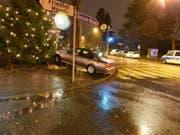 Ein Autofahrer hat in Riehen BS die Kontrolle über sein Auto verloren und ist auf ein Trottoir aufgefahren. Ein geschmückter Weihnachtsbaum in unmittelbarer Nähe des Unfallorts wurde nicht in Mitleidenschaft gezogen. (Bild: Kantonspolizei Basel-Stadt)