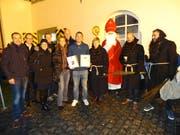 Marco Hauger mit seiner Urkunde (Mitte), flankiert von Vorstandsmitgliedern der Senatoren JCI Switzerland. (Bild: PD)