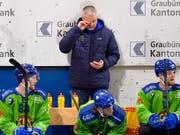 Michel Riesen (Mitte) muss auch nach dem vierten Spiel als Coach des HC Davos auf den ersten Sieg warten (Bild: KEYSTONE/JUERGEN STAIGER)