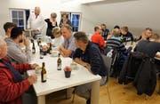 Besucher und am Umbau Beteiligte geniessen im neuen Sitzungszimmer im ausgebauten Dachstock den Eröffnungsapéro. (Bild: Hanspeter Thurnherr)