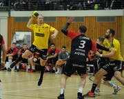 Der Altdorfer Marius Kasmauskas (am Ball) erzielt für die Altdorfer sieben Tore. Bild: Urs Hanhart (Altdorf, 1. Dezember 2018)