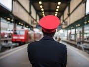 Warnsteiks: Reisende der Deutschen Bahn müssen am Montagmorgen mit Verspätungen und Zugausfällen rechnen. Auch Verbindungen mit der Schweiz dürften betroffen sein. (Bild: KEYSTONE/EPA DPA/WOLFRAM KASTL)