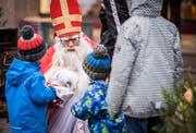 Auf dem Marktplatz verteilt der Samichlaus den Kindern Nüssli. (Bild: Reto Martin)