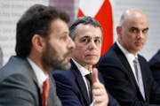 Staatssekretär Roberto Balzaretti, vorne, spricht an der Seite von Bundesrat Ignazio Cassis (Mitte) und Bundespräsident Alain Berset während der Medienkonferenz zum Rahmenabkommen mit der EU. ((Bild: Peter Klaunzer/Keystone (Bern, 7. Dezember 2018))