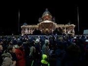 In Belgrad sind am Samstagabend viele Menschen auf die Strasse gegangen und haben gegen ihre Regierung demonstriert. (Bild: KEYSTONE/AP/DARKO VOJINOVIC)