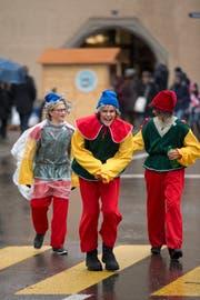 Bunt verkleidete Märchenfiguren waren in Zugs Altstadt unterwegs. (Bild: Maria Schmid (Zug, 9. Dezember 2018))