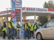 Stein des Anstosses für die Gelbwesten: die Benzinpreise. Am Anfang der Proteste stand ein Handy-Video auf Facebook. (Bild: Keystone/EPA/JULIEN WARNAND)
