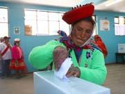 Eine indigene Frau bei der Stimmabgabe in Cusco in Peru. (Bild: KEYSTONE/EPA EFE/LEON CASTELLAR)