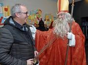 Für den Kägiswiler Korporationspräsidenten Hampi Lussi gab es nur eine ganz dünne Rute, denn der Samiglais zeigte sich mit ihm zufrieden. (Bilder: Robert Hess (Kägiswil, 8. Dezember 2018))