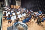 Volle Konzentration beim Auftritt: Dirigent Thomas Fischer und die jungen Musikantinnen und Musikanten. (Bilder: Reto Martin)