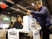 Ein Peruaner stimmt über die Verfassungsreform ab. Mehr als 24 Millionen Wahlberechtigte waren am Sonntag aufgerufen, in einem Volksentscheid unter anderem über ein geplantes Verbot der direkten Wiederwahl von Abgeordneten abzustimmen. (Bild: KEYSTONE/EPA EFE/PAOLO AGUILAR)