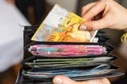 Wieviel Geld ist noch im Portemonnaie? Das haben die Stimmbürger am Freitag erfahren, noch vor der Abstimmung am 28. Februar. (Archivbild Neue LZ)
