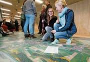 Janine Boog (links) und Isabelle Arnold begutachten die Luftaufnahmen im Ziegelei-Museum. (Bild: Stefan Kaiser (Hagendorn, 15. April 2017))
