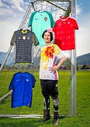 Suzanna Vock trägt ihr Lieblingsleibchen Spanien. Schlecht schneidet bei ihr Frankreich (links unten) ab. (Bild Philipp Schmidli)