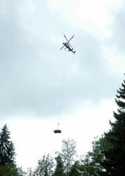 Das Wrack wurde mit einem Helikopter geborgen. (Bild Kantonspolizei Obwalden)