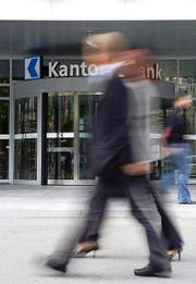 Die Luzerner Kantonalbank muss mit einer Busse rechnen. Im Bild der Eingang am Hauptsitz in Luzern. (Bild Philipp Schmidli)