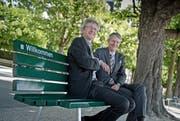 Tourismusdirektor Marcel Perren (rechts) und Stadtrat Adrian Borgula nahmen am Dienstag auf einer der neuen Sitzbänke beim Nationalquai Platz. (Bild Pius Amrein)