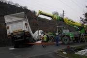 Pneukran bei der Bergung des Lastwagens. (Bild: Kapo Schwyz)