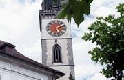 Noch gestern Nachmittag zeigte der Kirchturm die falsche Zeit. (Bild: Werner Schelbert (Cham, 11. Juli 2017))
