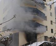 Aus dem Keller des Mehrfamilienhauses in Vitznau steigt dichter Rauch auf. (Bild: Luzerner Polizei)