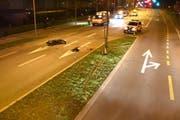 Die Spuren zeigen: Der Motorradfahrer fuhr gegen den Baum auf der Mittelinsel. (Bild: Kantonspolizei Nidwalden)