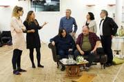 Die Proben der Zuspi in der Gewürzmühle gehen in die Endphase: Tito Merelli (Rémy Frick) und seine Frau Maria (Marina Kendall) diskutieren auf dem Sofa mit der Opernhaus-Crew. (Bild: Graeme Ross)