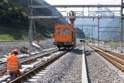 Bahntechniker installieren und überprüfen die Fahrleitung am Nordportal des NEAT Gotthard Basistunnels in Erstfeld (Bild: Keystone / Gaetan Bally)