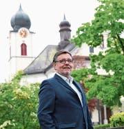 Chlausenvater Freddy Duss vor der Kirche St. Maria in Ebikon. (Bild: Nadia Schärli (1. Mai 2017))