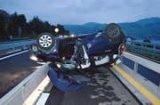 Das Auto blieb nach dem Überschlag auf dem Dach liegen. (Bild: Kapo Nidwalden)