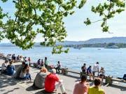 Menschen geniessen im letzten Frühling am Zürichsee fast sommerliche Temperaturen. (Archivbild) (Bild: KEYSTONE/WALTER BIERI)