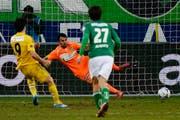 Dimitar Rangelov versenkt in letzter Minute einen Elfmeter für den FCL und sichert diesem somit einen Punkt. (Bild: Keystone)