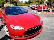 """Rund 25'000 Tesla-""""Model S""""-Autos werden nach einem tödlichen Unfall unter die Lupe genommen. (Symbolbild) (Bild: KEYSTONE/EPA FILE/JOHN G. MABANGLO)"""