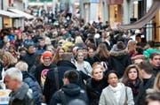 Blick in die Luzerner Innenstadt am Samstag vor dem vierten Adventssonntag, für den abermals eine dichte Schar an Kunden erwartet wird. (Bild: Boris Bürgisser / Neue LZ)