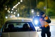 Die Polizei kontrolliert eine Autolenkerin. (Archivbild Stefan Kaiser)
