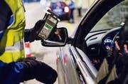 Die Zentralschweizer Polizei ist unter dem Strich zufrieden: 96 Prozent der Lenker waren während der Fasnacht fit unterwegs. (Bild: Keystone)