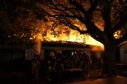 Die Freiwillige Feuerwehr Zug (FFZ) war schnell mit ersten Einsatzkräften vor Ort und bekämpfte das Feuer. (Bild: Zuger Polizei)